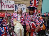 病院前で待つ熱狂的な王室ファン