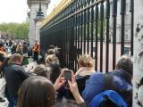バッキンガム宮殿前に集まった人々